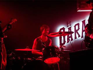 Soir de concert au bar cave Le Garage à Angers : batterie, clavier, basse, guitare, pour une ambiance résolument rock