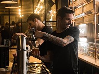 Nos barmans sont gentils, demandez leur conseil si vous avez envie de découvrir les bières artisanales de notre carte, mais également nos vins et spiritueux choisis avec soin !