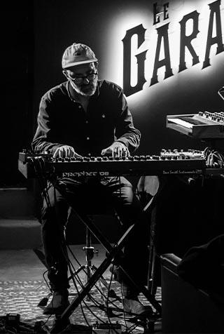 Concert de Marc Mélia au clavier au bar cave Le Garage à Angers