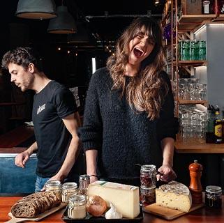 Grosse ambiance parmi l'équipe cuisine du bar cave Le Garage qui vous prépare ses planches de fromage, charcuterie et tartinades maison