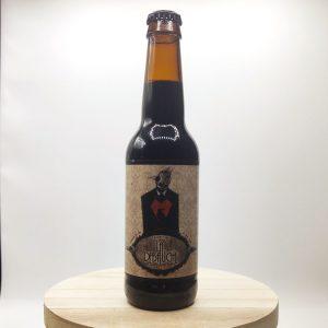 """Bière """"Nevermore"""" de la brasserie La Débauche. Travaillée avec du bois de chêne américain et du bourbon, la Nevermore développe des arômes gourmands, presque vanillés, une souplesse en bouche que suit une attaque crémeuse sur les notes de café."""