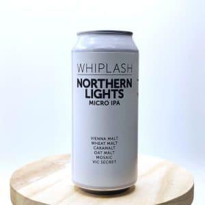"""Biere Canette """"Nothern Lights"""" de la brasserie Whiplash. La Micro IPA c'est une bière légère, tout en étant puissante et aromatique. Ici, Whiplash nous propose sa Northern Lights, une petite IPA à 2,8° qui surprend par son amertume et sa richesse aromatique dû à l'ajout des houblons Mosaic et Vic Secret. On y retrouve des notes d'agrumes et de pins très rafraîchissantes. Pour ceux qui désire une bière de qualité tout en gardant la maitrise de soi !"""